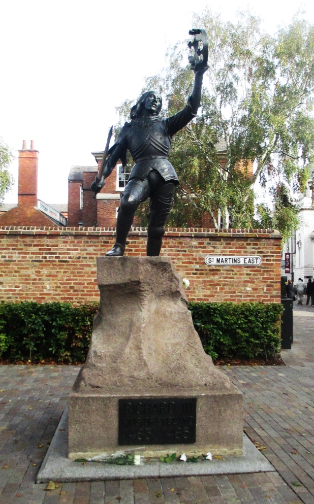Richard III statue with York roses
